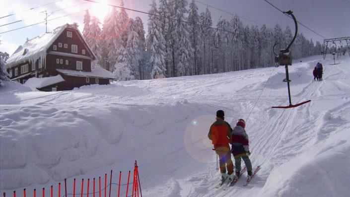 Závěje na sjezdovce skiareálu Šerlišský mlýn Deštné