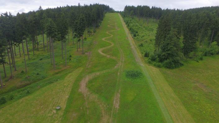 Sjezdovka Šerlišský Mlýn Deštné v Orlických horách ze dronu