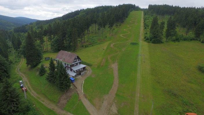 Skiareál Šerlišský Mlýn Deštné v Orlických horách ze dronu